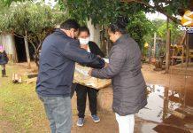 Intendente Orlando Rojas entregando Cajas de Bananas en Comedores