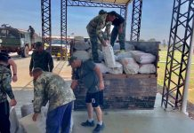 Militares de la FTC procedieron a descargar las bolsas de marihuana para su conteo y pesaje.