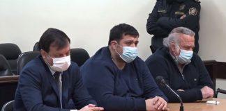 El concejal luqueño Óscar González Chaves (centro), condenado a 8 años de cárcel, y el exsenador OGD, con pena de 7 años, durante la lectura de la sentencia.